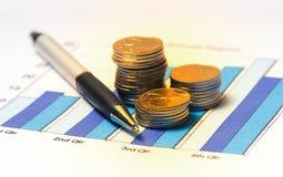 Grafiek en muntstukken stock afbeeldingen