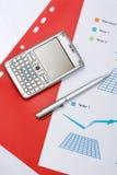Grafiek met een pen en mobiel Royalty-vrije Stock Afbeelding
