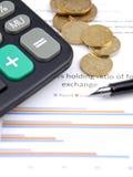Grafiek met muntstukken, pen en calculator Stock Afbeeldingen