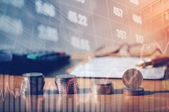 Grafiek op rijen van muntstukken voor financiën en bankwezen op digitale voorraad royalty-vrije stock foto's