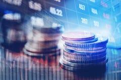 Grafiek op rijen van muntstukken voor financiën en bankwezen op digitale voorraad stock foto