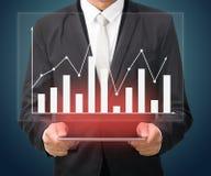 Grafiek van de de handgreep van de zakenman de bevindende houding op geïsoleerde tablet Stock Afbeeldingen