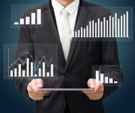 Grafiek van de de handgreep van de zakenman de bevindende houding op geïsoleerde tablet Stock Afbeelding