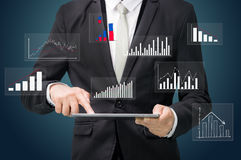 Grafiek van de de handgreep van de zakenman de bevindende houding op tablet Royalty-vrije Stock Foto
