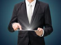 Grafiek van de de handgreep van de zakenman de bevindende houding op tablet Royalty-vrije Stock Afbeeldingen