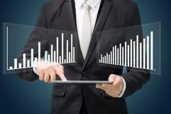 Grafiek van de de handgreep van de zakenman de bevindende houding op tablet Stock Afbeeldingen