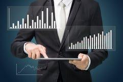 Grafiek van de de handgreep van de zakenman de bevindende houding op tablet Stock Foto's