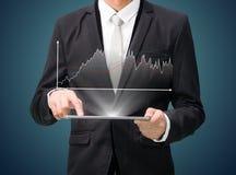 Grafiek van de de handgreep van de zakenman de bevindende houding op tablet Royalty-vrije Stock Afbeelding