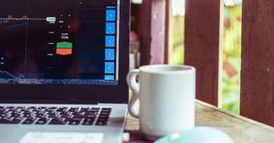 Grafiek van handel maket op laptop met koffiekop royalty-vrije stock afbeelding