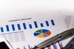 Grafieken, grafieken, bedrijfslijst De werkplaats van bedrijfsmensen Het rapport van financiën royalty-vrije stock afbeeldingen