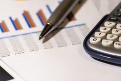 Grafieken, grafieken, bedrijfslijst De werkplaats van bedrijfsmensen Sluit omhoog Financiën en bedrijfsrapport stock foto