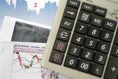 Grafieken, Grafieken, Calculator Makelaarshulpmiddelen om de aandeelmarkt te analyseren en het juiste besluit te nemen stock foto