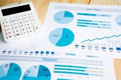 Grafieken op Witboek met calculator royalty-vrije stock foto's