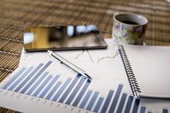 Grafieken van de groei op houten achtergrond Royalty-vrije Stock Fotografie