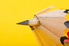 Grafiet houten potlood op gele achtergrond royalty-vrije stock afbeelding