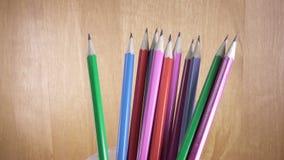 Grafietpotloden met heldere kleuring van houten stock videobeelden