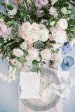 Grafik av härliga bröllopkalligrafikort och silverplattan med bestick arkivbild