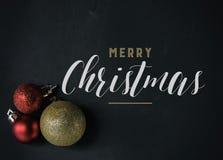 Grafik der frohen Weihnachten mit Verzierungen und Text lizenzfreie stockbilder