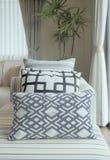 Grafika deseniowe poduszki na pasiastej kanapie w żywym pokoju Zdjęcie Royalty Free