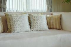 Grafika drukować deseniowe poduszki ustawia na atłasie finised beżową kanapę Obraz Royalty Free
