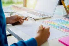 Grafikdesign und Farbmuster und -stifte auf einem Schreibtisch Architectu Stockfotos
