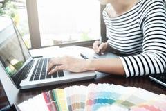 Grafikdesign und Farbmuster und -stifte auf einem Schreibtisch Architectu Lizenzfreies Stockbild