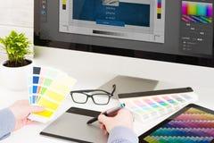 Grafikdesigner bei der Arbeit Charakteristisches Bild für die vorpressen und Druckenindustrie Stockbild