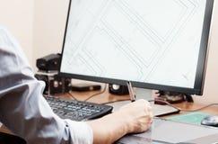 Grafikdesigner, der digitale Tablette und Computer im Büro oder im Haus verwendet Kreativer Prozess Leute bei der Arbeit Stockfotografie