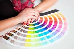 Grafikdesigner, der mit cmyk Palette arbeitet Lizenzfreie Stockfotos