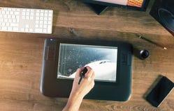 Grafikdesigner, der mit digitaler Zeichnungs-Tablette und Stift arbeitet Stockbilder