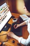 Grafikdesigner, der Tablette verwendet Stockfoto