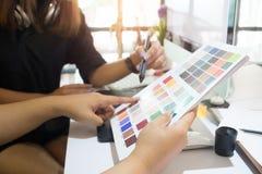 Grafikdesigner, der zwei kreative Leute arbeiten an kreativem bearbeitet Lizenzfreie Stockfotografie