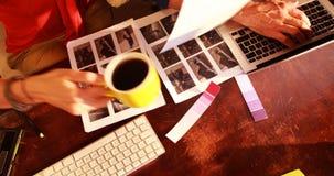 Grafikdesigner, die zusammenarbeiten