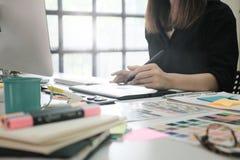 Grafikdesignerfrau, die an kreativem Büro arbeitet Stockfoto