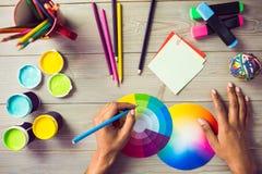Grafikdesignerzeichnung auf Farbtafel Stockbild