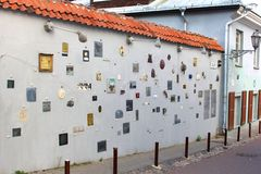 Grafiken von litauischen Verfassern auf einer Wand in Literatu-Straße, Vilnius, Litauen Stockfotografie