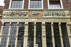 Grafiken vor altem Bossu-Haus in Hoorn Lizenzfreie Stockfotos