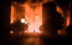 Grafiki dekoracja Mężczyzna pozycja na drodze palący w górę miasta Apokaliptyczny widok miasta śródmieście jako katastrofa filmu  obraz stock