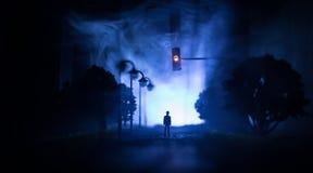 Grafiki dekoracja Mężczyzna pozycja na drodze palący w górę miasta Apokaliptyczny widok miasta śródmieście jako katastrofa filmu  zdjęcia royalty free