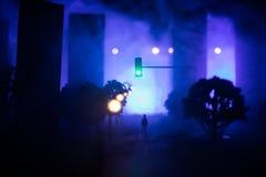 Grafiki dekoracja Mężczyzna pozycja na drodze palący w górę miasta Apokaliptyczny widok miasta śródmieście jako katastrofa filmu  fotografia stock