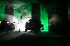 Grafiki dekoracja Mężczyzna pozycja na drodze palący w górę miasta Apokaliptyczny widok miasta śródmieście jako katastrofa filmu  zdjęcie royalty free