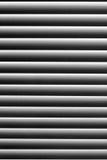 Grafische Beschaffenheit im abstrakten gestreiften Schwarzweiss-Muster Vorhänge auf dem Fenster mit dem Staub auf den hellen Stre Lizenzfreies Stockbild