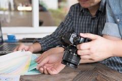 Grafische of binnenlandse ontwerper die een kleur van kleur selecteren swatc Stock Fotografie