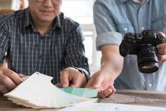 Grafische of binnenlandse ontwerper die een kleur van kleur selecteren swatc Royalty-vrije Stock Foto