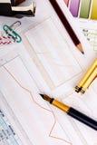 Grafische Diagramme und Bürozubehöre Lizenzfreies Stockfoto