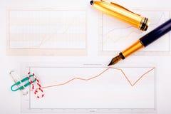 Grafische diagrammen en kantoorbehoeften Royalty-vrije Stock Foto's