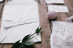 Grafische kunsten van de mooie kaarten van de huwelijkskalligrafie met bloem en minerale steen Royalty-vrije Stock Foto