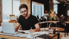 Grafische Ontwerper Concentrated op het Werkproject royalty-vrije stock fotografie