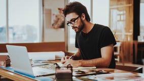 Grafische Ontwerper Concentrated op het Werkproject stock afbeelding