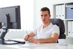 Grafische ontwerper die aan digitale tablet werken Stock Fotografie